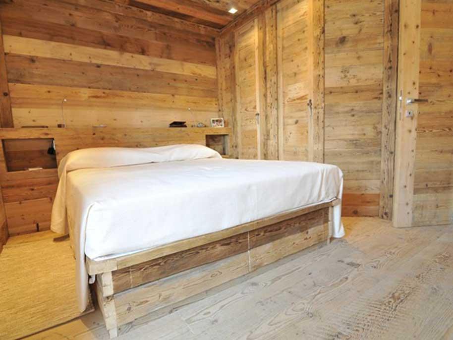 Arredo camere hotel di montagna in legno vecchio for Arredamenti per camere
