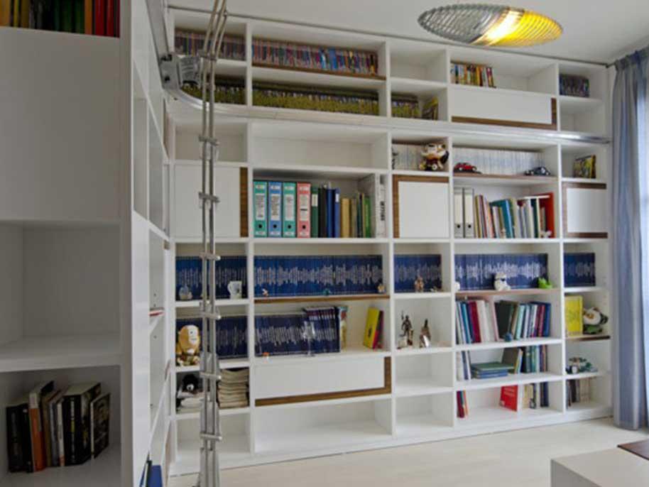 Libreria ad angolo con scala