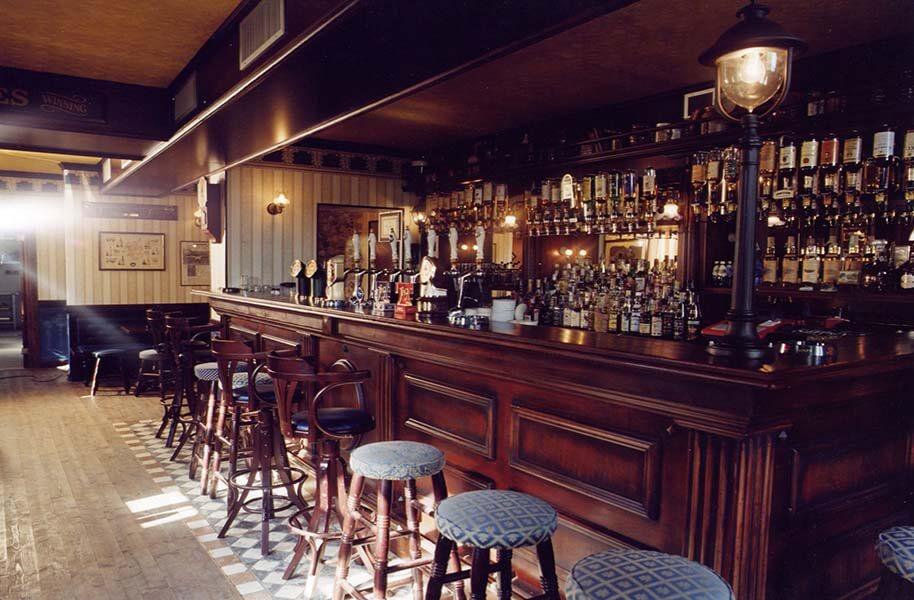 Bancone In Legno Per Pub : Tavoli banconi e mobili bar il legno non passa mai di moda