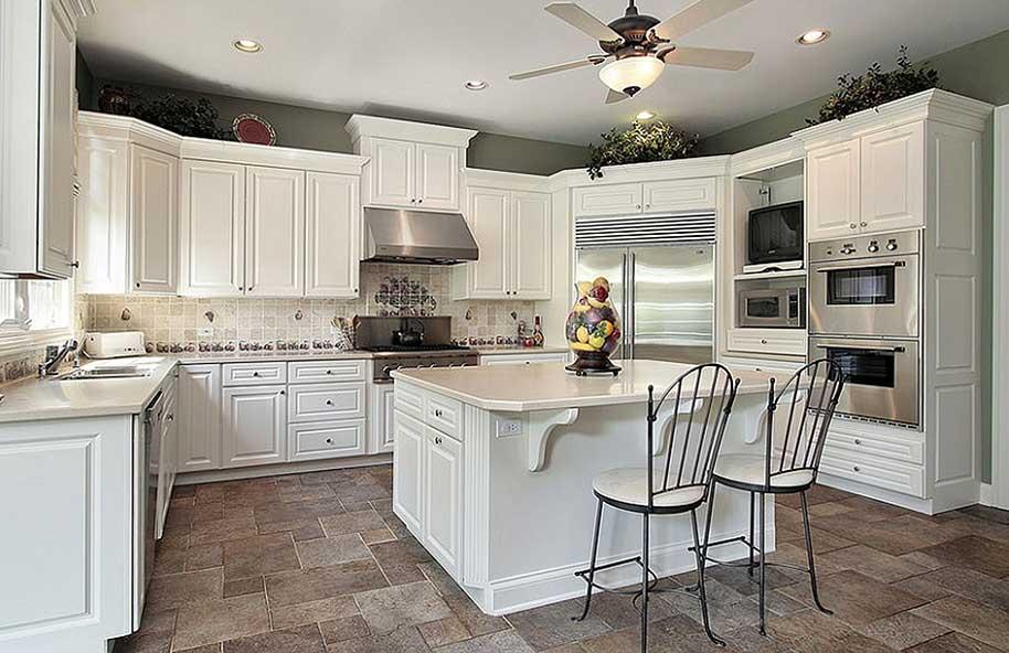 Cucina classica bianca in legno su misura