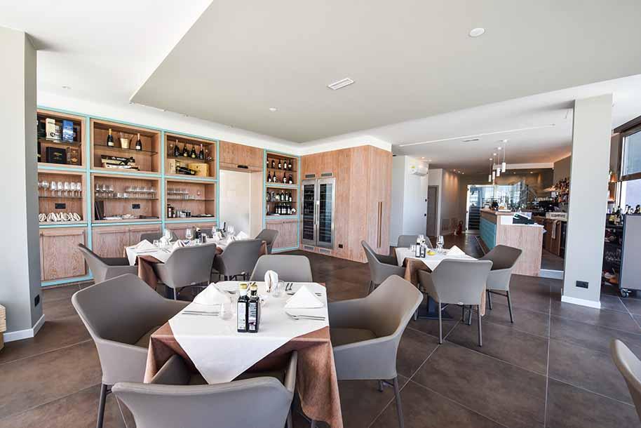 Fornitura arredo su misura a locali pubblici for Arredamento ristorante italia